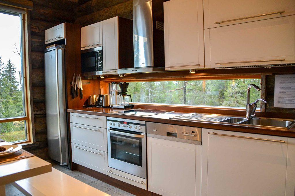 Nykyaikaisesti varustelu keittiö   Kitchen is equipped with modern amenities