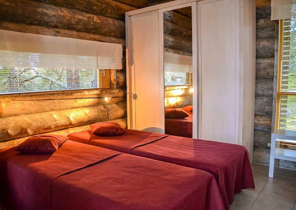 Alakerran makuuhuone   Bedroom downstairs